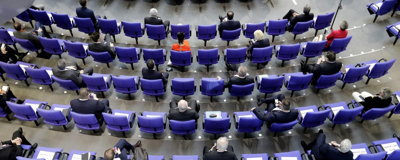 Angehörige des Dt. Bundestages mit zwei Stühlen Abstand